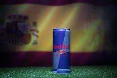 BAKU AZERBEJDŻAN, LIPIEC, - 01, 2018: Kreatywnie pojęcie Red Bull klasyk 250 ml może na trawie Wspiera twój kraju w pucharze świa Zdjęcie Stock