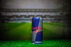 BAKU AZERBEJDŻAN, LIPIEC, - 01, 2018: Kreatywnie pojęcie Red Bull klasyk 250 ml może na trawie Wspiera twój kraju w pucharze świa Obrazy Stock