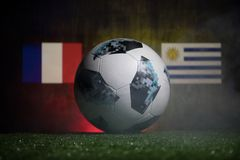 BAKU AZERBEJDŻAN, LIPIEC, - 01, 2018: Kreatywnie pojęcie Urzędnik Rosja 2018 pucharów świata futbolowa piłka Adidas Telstar 18 na Obraz Royalty Free