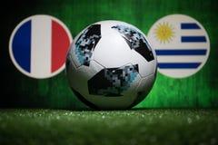 BAKU AZERBEJDŻAN, LIPIEC, - 04, 2018: Kreatywnie pojęcie Urzędnik Rosja 2018 pucharów świata futbolowa piłka Adidas Telstar 18 na Obrazy Stock