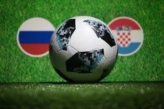 BAKU AZERBEJDŻAN, LIPIEC, - 04, 2018: Kreatywnie pojęcie Urzędnik Rosja 2018 pucharów świata futbolowa piłka Adidas Telstar 18 na Zdjęcia Stock