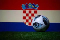 BAKU AZERBEJDŻAN, LIPIEC, - 08, 2018: Kreatywnie pojęcie Urzędnik Rosja 2018 pucharów świata futbolowa piłka Adidas Telstar 18 na Zdjęcia Stock