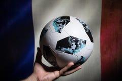 BAKU AZERBEJDŻAN, LIPIEC, - 01, 2018: Kreatywnie pojęcie Urzędnik Rosja 2018 pucharów świata futbolowa piłka Adidas Telstar 18 w  Zdjęcie Royalty Free