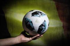 BAKU AZERBEJDŻAN, LIPIEC, - 01, 2018: Kreatywnie pojęcie Urzędnik Rosja 2018 pucharów świata futbolowa piłka Adidas Telstar 18 w  Obraz Stock