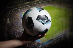 BAKU AZERBEJDŻAN, LIPIEC, - 01, 2018: Kreatywnie pojęcie Urzędnik Rosja 2018 pucharów świata futbolowa piłka Adidas Telstar 18 w  Zdjęcie Stock