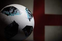 BAKU AZERBEJDŻAN, LIPIEC, - 06, 2018: Kreatywnie pojęcie Urzędnik Rosja 2018 pucharów świata futbolowa piłka Adidas Telstar 18 Za Zdjęcia Stock