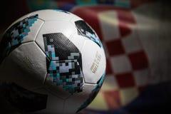 BAKU AZERBEJDŻAN, LIPIEC, - 06, 2018: Kreatywnie pojęcie Urzędnik Rosja 2018 pucharów świata futbolowa piłka Adidas Telstar 18 Za Obrazy Stock