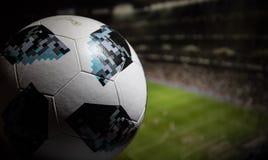 BAKU AZERBEJDŻAN, LIPIEC, - 06, 2018: Kreatywnie pojęcie Urzędnik Rosja 2018 pucharów świata futbolowa piłka Adidas Telstar 18 Za Zdjęcie Royalty Free