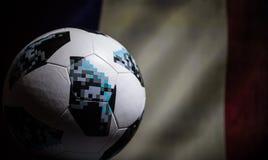 BAKU AZERBEJDŻAN, LIPIEC, - 06, 2018: Kreatywnie pojęcie Urzędnik Rosja 2018 pucharów świata futbolowa piłka Adidas Telstar 18 Za Zdjęcie Stock