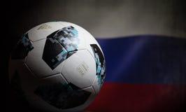 BAKU AZERBEJDŻAN, LIPIEC, - 06, 2018: Kreatywnie pojęcie Urzędnik Rosja 2018 pucharów świata futbolowa piłka Adidas Telstar 18 Za Fotografia Stock