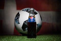BAKU AZERBEJDŻAN, LIPIEC, - 01, 2018: Urzędnik Rosja 2018 pucharów świata futbolowa piłka Adidas Telstar 18 i Pepsi klasyk w szkl Zdjęcie Royalty Free