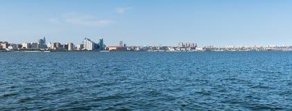 Baku Azerbejdżan, Maj, - 22, 2019: Azerbejdżan, Baku miasta panoramy linia horyzontu i morze kaspijskie, Panoramiczny strza? obrazy royalty free
