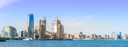 Baku Azerbejdżan, Maj, - 22, 2019: Azerbejdżan, Baku miasta panoramy linia horyzontu i morze kaspijskie, Panoramiczny strza? zdjęcie stock