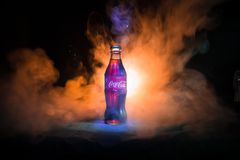 Baku, Azerbejdżan 13th 2018 Styczeń, koka-kola klasyk w szklanej butelce na zmroku tonował mgłowego tło Koka-kola jest najwięcej  obrazy stock