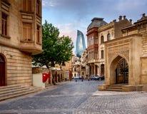BAKU AZERBEJDŻAN, LIPIEC, - 24: Icheri Sheher Baku, Azerbejdżan, na Lipu 24, 2014, z wielką nowożytną architekturą (Stary miastec Zdjęcie Stock