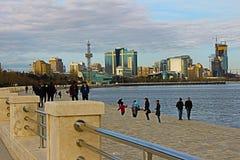 Baku boulevard met een mening van het Hilton-hotel Royalty-vrije Stock Fotografie
