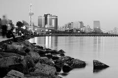 Baku Bulvar dalla riva alla notte con le luci ed il ragazzo che guardano fuori al mare, in bianco e nero Fotografie Stock Libere da Diritti