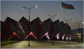 Baku Crystal Hall et le drapeau de l'Azerbaïdjan Photographie stock libre de droits