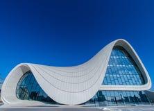BAKU 27 DE DEZEMBRO: Heydar Aliyev Center sobre Imagens de Stock Royalty Free