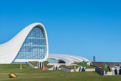 BAKU 27 DE DEZEMBRO: Heydar Aliyev Center sobre Fotos de Stock Royalty Free