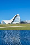 BAKU 27 DE DICIEMBRE: Heydar Aliyev Center encendido Imagen de archivo libre de regalías