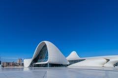BAKU 27 DE DICIEMBRE: Heydar Aliyev Center encendido Foto de archivo libre de regalías