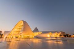BAKU 20 DE JULIO: Heydar Aliyev Center el 20 de julio Imagen de archivo libre de regalías