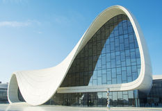 BAKU 17 DE MAYO: Heydar Aliyev Center el 17 de mayo de 2015 en Baku, Azer Fotos de archivo