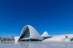 BAKU DECEMBER 27: Heydar Aliyev Center på Royaltyfri Foto