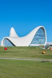 BAKU DECEMBER 27: Heydar Aliyev Center på Royaltyfri Fotografi