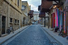 Baku - el capital de los Juegos Olímpicos europeos del verano 2015, calles viejas de la ciudad Fotos de archivo