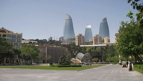 Baku Embankment, mening van de Vlamtorens, Azerbeidzjan stock video