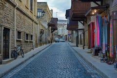 Baku - huvudstaden av den europeiska OS:en för sommar 2015, gamla stadsgator Arkivfoton