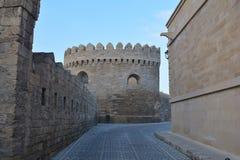 Baku - huvudstaden av den europeiska OS:en för sommar 2015, gamla stadsgator Royaltyfri Bild