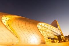 BAKU JULI 20: Heydar Aliyev Center på Juli 20 Arkivbilder