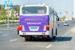 BAKU - MAJ 10, 2015: Affisch på baksida av bussen på Fotografering för Bildbyråer