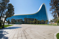 BAKU MAY 03: Heydar Aliyev Center Royaltyfri Bild