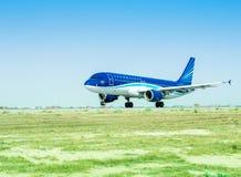 Baku, SIERPIEŃ - 27, 2016: Samolot bierze daleko na Sierpień 27 w Baku Zdjęcie Royalty Free