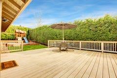 Bakyard con area del patio e l'iarda del gioco per i bambini Immagini Stock Libere da Diritti
