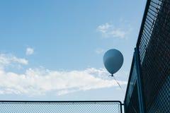 Balão azul do hélio foto de stock
