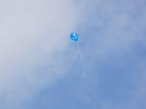 Balão azul que flutua afastado Fotografia de Stock Royalty Free