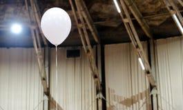 Balão branco em um salão grande foto de stock royalty free