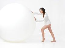 Balão branco grande da mulher nova do retrato do estúdio imagens de stock