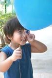 Balão da terra arrendada do menino com sinal da mão da vitória Imagem de Stock