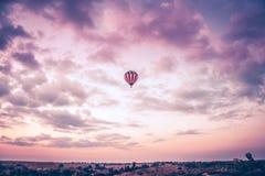 Balão de ar que sobe altamente Imagens de Stock Royalty Free