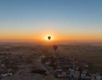 Balão de ar quente acima de Luxor Fotos de Stock Royalty Free