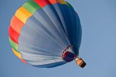 Balão de ar quente azul disparado lateralmente fotografia de stock royalty free
