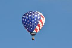 Balão de ar quente branco e azul vermelho Imagens de Stock