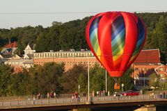 Balão de ar quente brilhante e colorido durante o festival Fotos de Stock