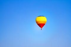 Balão de ar quente colorido com céu azul Foto de Stock